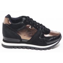 Sneaker com cunha interior